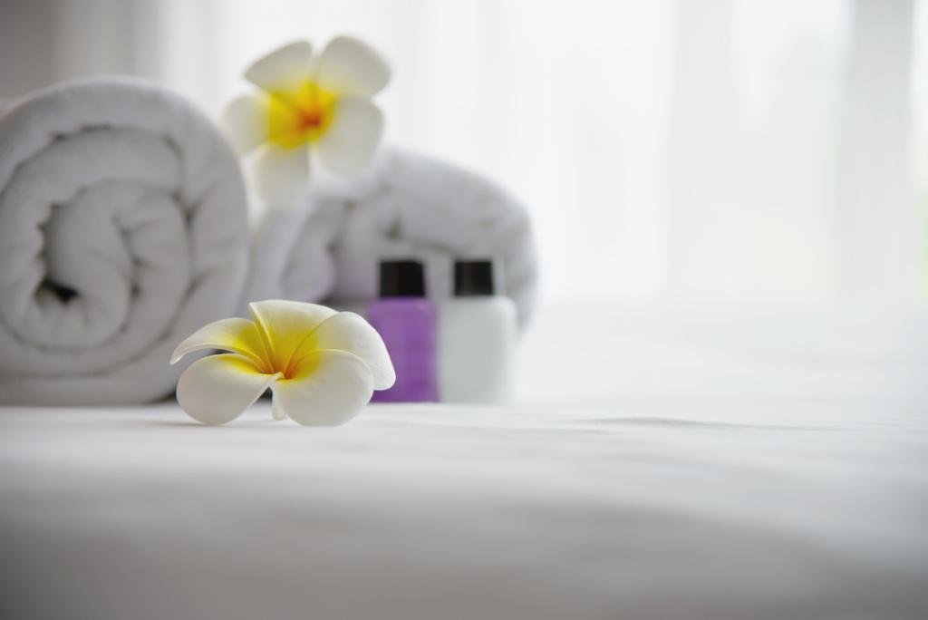 cama com toalhas e flores